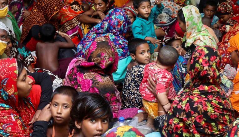 Imagem retirada da agência Reuters / Pessoas reunidas em centro de proteção de Bangladesh antes do ciclone atingir a região